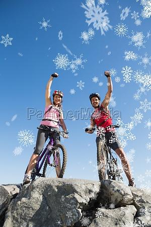 zusammengesetztes bild von den sitzradfahrerpaaren die