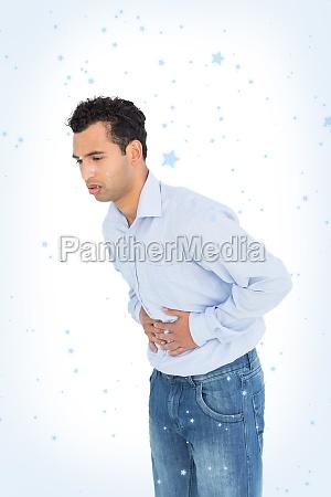 casual junger mann mit magenschmerzen