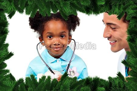 aufmerksamer doktor der mit seinem patienten