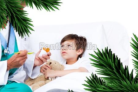 gluecklicher kleiner junge der hustenmedizin nimmt