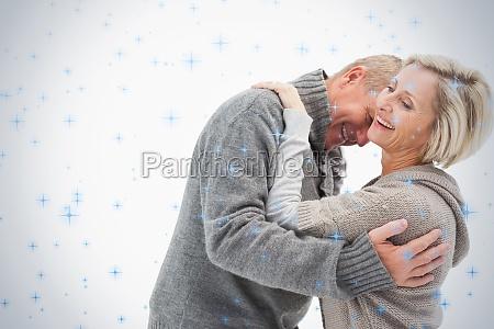 glueckliche faellige paare in der winterkleidung
