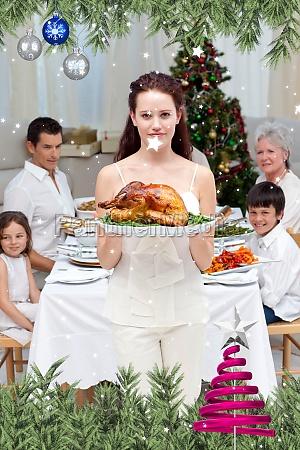 mutter mit truthahn fuer weihnachtsessen
