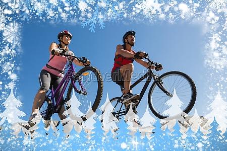 aktive paare auf einer fahrradtour auf