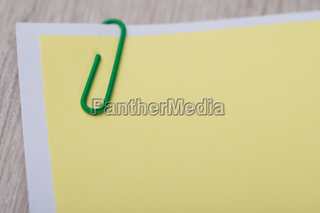 blank memo note mit paperclip