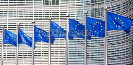 banderas europeas frente del edificio de