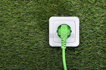 gruen plug in outlet auf gras