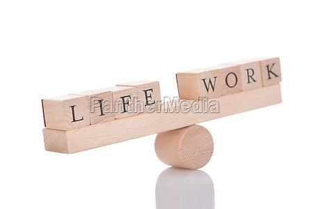 seesaw darstellen imbalance zwischen leben und