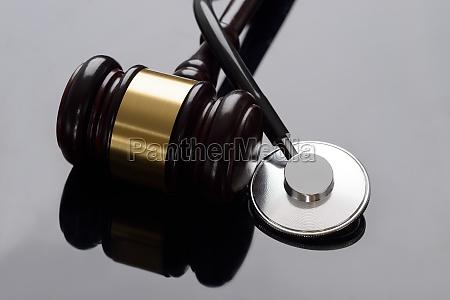 hammer und medizinisches stethoskop