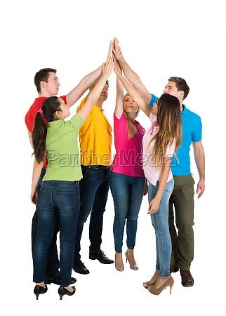 multiethnischen freunde geben high five