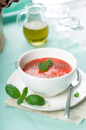 tomatensuppe mit frischen basilikum