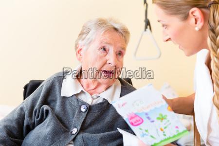 pflegerin gibt alter frau im heim