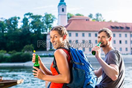 paar wandert an donau kloster weltenburg