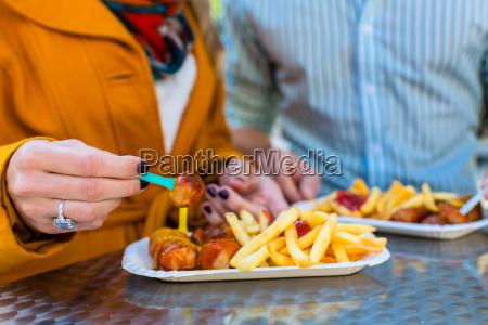 paar, isst, currywurst, an, imbissbude - 13707502