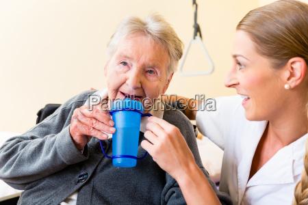 pflegerin, gibt, alter, frau, tee, zum - 13707400
