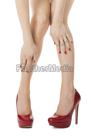 attraktive weibliche beine mit roten stilettos