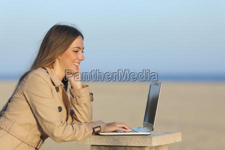 selbststaendig frau mit einem laptop im