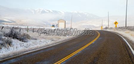 frischer schnee decken hillside rural land