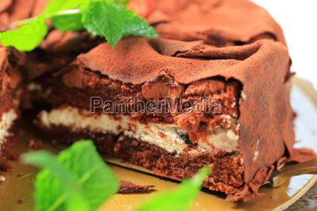 weicher schokoladenbiskuit mit vanillecreme mit schokoladenblaettern