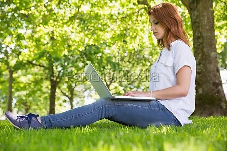 frau laptop notebook computer schoen aesthetisch