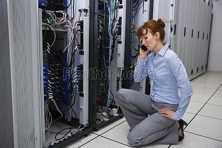 techniker am telefon sprechen waehrend die