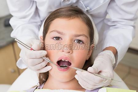 kinderzahnarzt pruefung eines patienten zaehne in