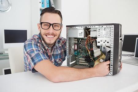 computer ingenieur arbeitet an defekten konsole