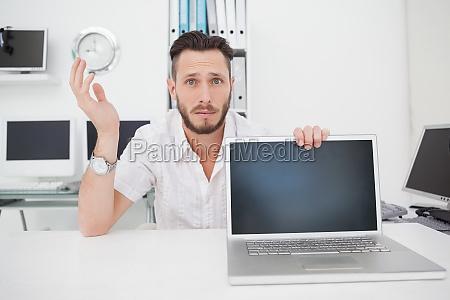 verwirrt ingenieur computer in die kamera