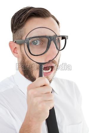 nerdy geschaeftsmann durch lupe suchen