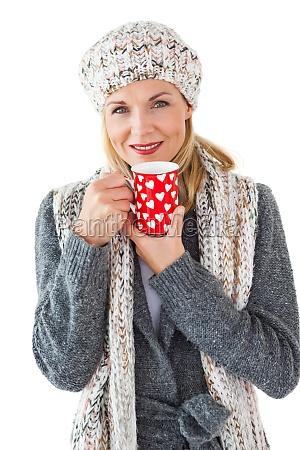 laechelnde frau in der winter mode