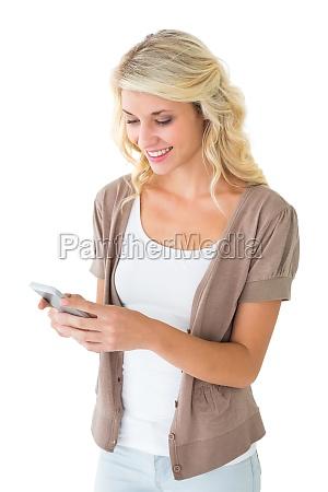 attraktive blondine mit ihrem smartphone