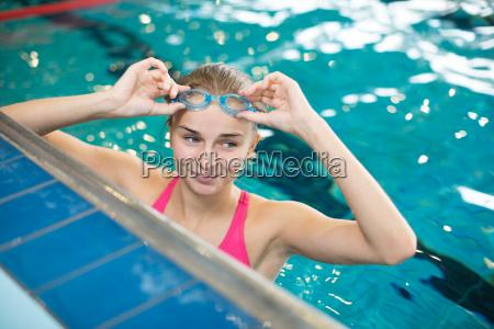weiblicher schwimmer in einem innenpool
