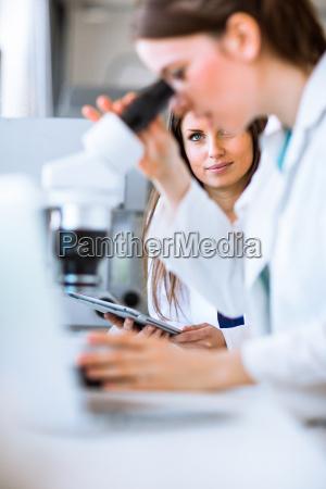 porträt, einer, forscherin, die, in, einem, chemielabor - 13737447