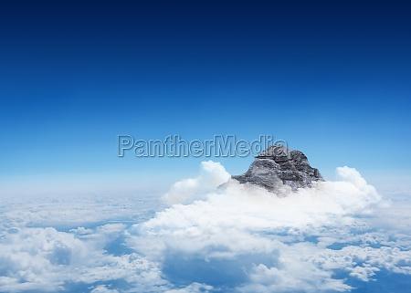 berggipfel durch die wolken