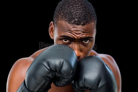portraet eines hemdlosen muskuloesen boxers in