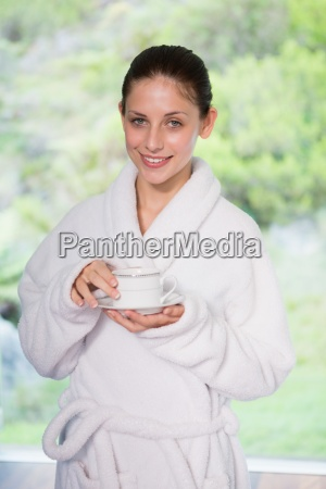 schoenheit im bademantel der tee trinkt