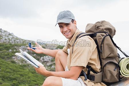 wandern mann mit karte auf alpines