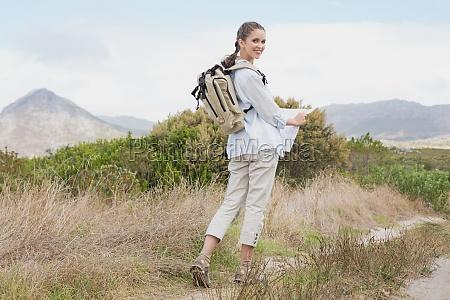 portrait einer wander jungen frau mit