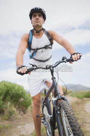 athletischer junger mann mountainbike