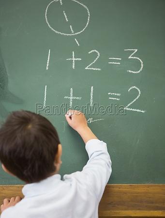 nette schueler schreiben mathematik an tafel