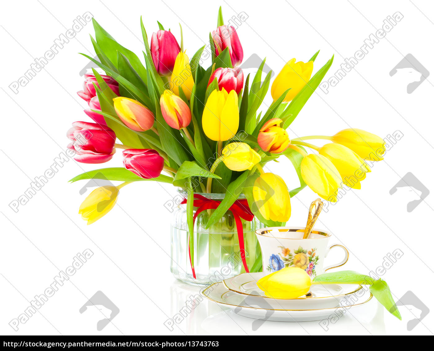 gelbe tulpen blumen mit tasse tee lizenzfreies bild 13743763 bildagentur panthermedia. Black Bedroom Furniture Sets. Home Design Ideas