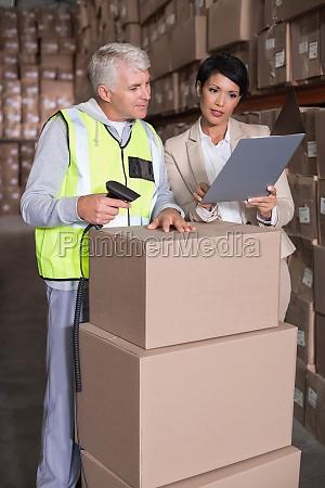 lagerarbeiter scanfeld mit manager
