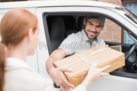 auslieferungsfahrer gabe paket an kunden in