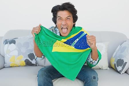 brasilianischer fussballfan jubel beim fernsehen