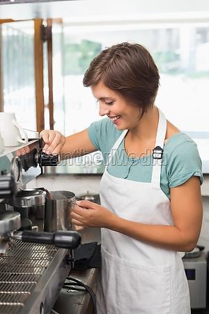 ziemlich barista krug milch bei kaffeemaschine