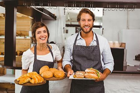 glueckliche server halten platten von essen