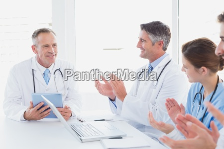 arzt mediziner medikus frau buero diskussion