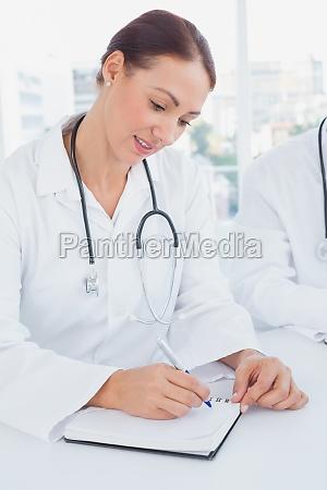 doktor der anmerkungen sitzt und nimmt