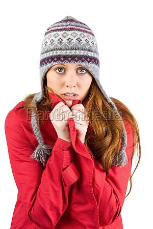 kalter rotschopf traegt mantel und hut
