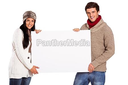 junges paar haelt ein plakat