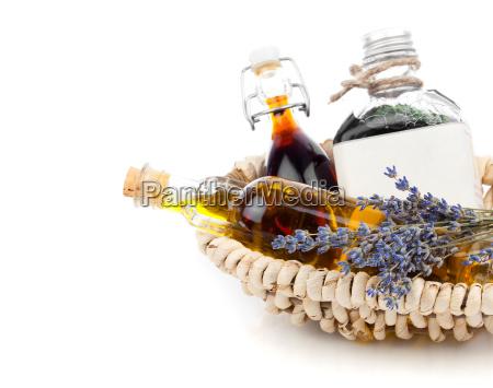 verschiedenen OElen mit lavendelblueten auf weissem